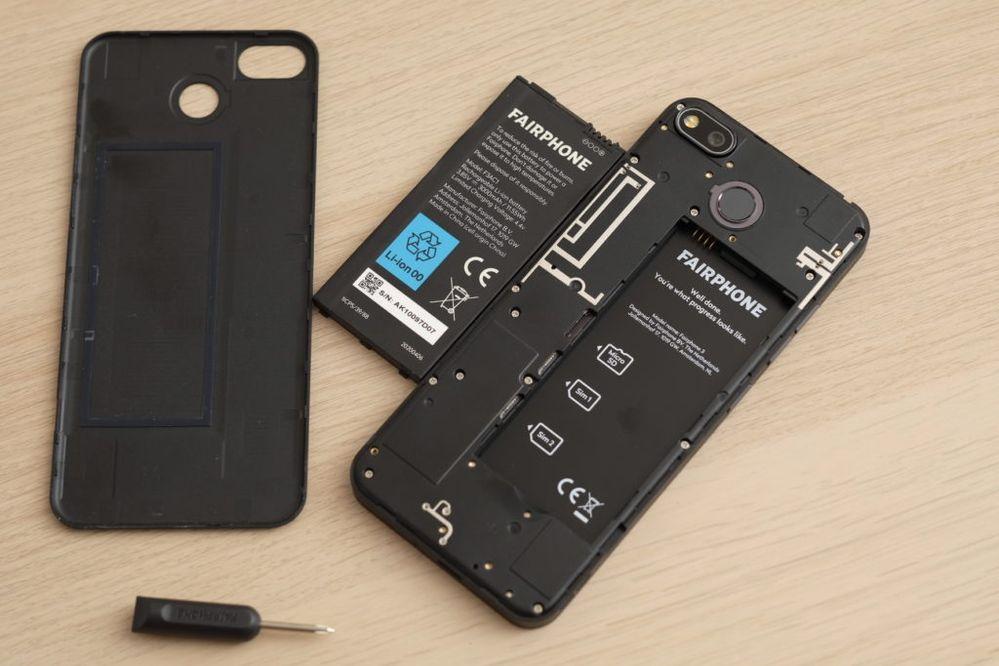 La batterie du Fairphone 3+ est démontable sans outil
