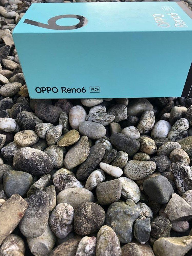 Déballage du OPPO Reno6 dans sa version noire stellaire.