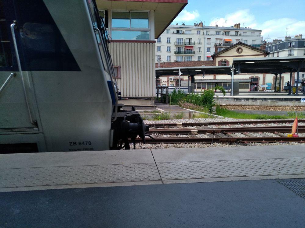 Train en mouvement, arrivant à quai.