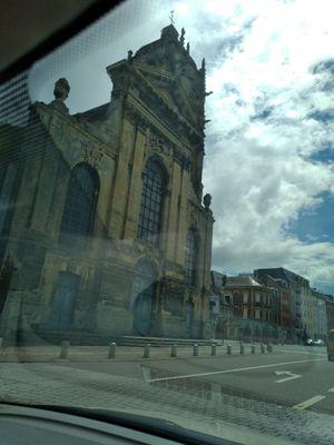 Photo en ville, environnement ensoleillé, derrière une vitre (voiture)